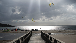 Kiteszörfösök őrzik a Földközi-tenger bejáratát