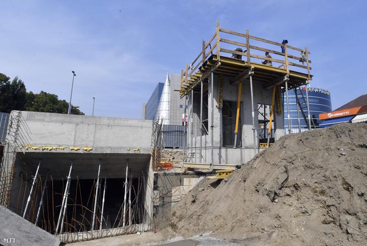 A bejárat és a készülő új liftakna az M3-as metró Gyöngyösi utca megállójánál 2018. augusztus 30-án.
