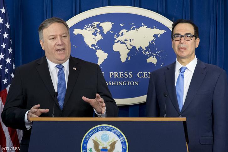 Mike Pompeo amerikai külügyminiszter (b) és Steven Mnuchin pénzügyminiszter sajtótájékoztatón ismerteti az Irán elleni büntetőintézkedések részleteit a washingtoni külügyi sajtóközpontban 2018. november 5-én.