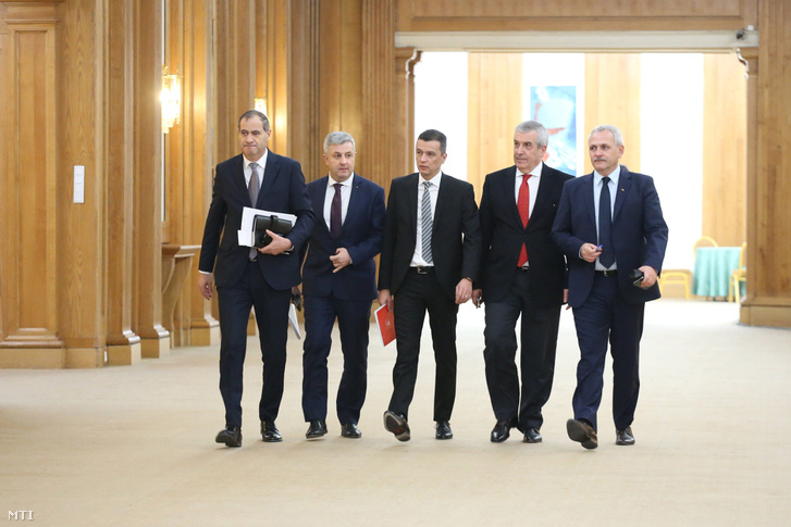 Sorin Grindeanu román miniszterelnök-jelölt (k) Liviu Dragnea a Szociáldemokrata Párt (PSD) elnöke (j) Calin Popescu Tariceanu a Liberálisok és Demokraták Szövetségével (ALDE) társelnöke (j2) Florin Iordache igazságügyiminiszter-jelölt (b2) és Marian Neacsu a PSD főtitkára (b) érkezik a romániai választásokon többséget szerző PSD-ALDE szociálliberális koalíció és az Romániai Magyar Demokrata Szövetség (RMDSZ) frakciójának egyeztetésére a román képviselőházban Bukarestben 2017. január 3-án.