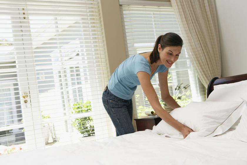 Amikor az ember beteg, többet izzad. Ráadásul a textilben a kórokozók elélnek akár egy hónapig is. Ezért nagyon fontos egy nagyobb fertőzés után fertőtleníteni az ágyneműdet, illetve azokat a ruhákat, hálóruhákat is, melyekben a betegséget töltötted. Ilyenkor a mosógépet állítsd 90 fokra, hogy biztosan minden tiszta legyen.