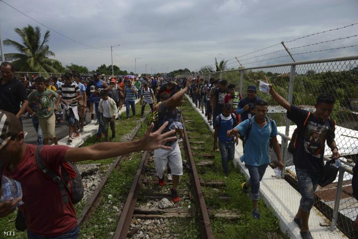 Az Egyesült Államokba igyekvő hondurasi menekültek a mexikói határhoz érkeznek