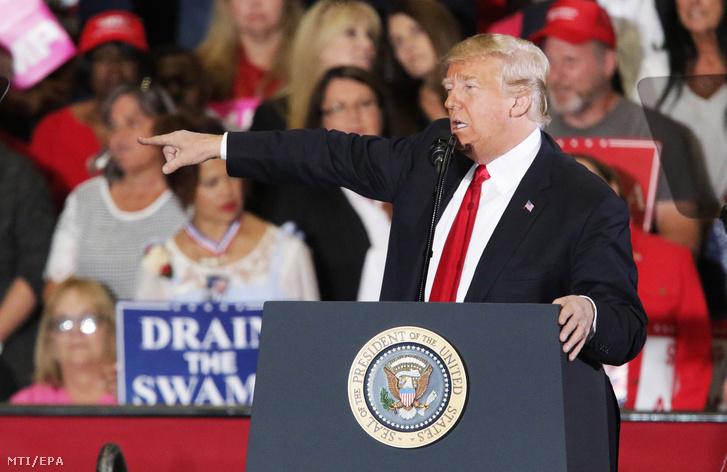 Donald Trump amerikai elnök egy választási kampányrendezvényen a Florida állambeli Pensacolában 2018. november 3-án. Az Egyesült Államokban november 6-án, az elnöki ciklus félidejében választások lesznek, melyek során megújítják a 435 tagú szövetségi képviselőházat, a 100 tagú szenátus csaknem egyharmadát újraválasztják, továbbá 39 szövetségi államban kormányzóválasztást tartanak.