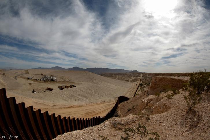 Az Egyesült Államokat Mexikótól elválasztó kerítés egy szakasza a mexikói Chihuahua szövetségi állambeli Santa Teresa közelében.
