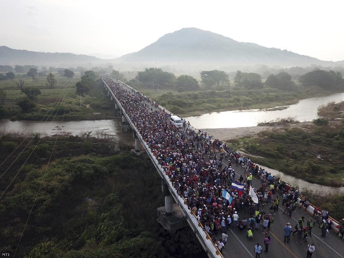 Közép-amerikai országokból kivándorlók átkelnek a Chiapas és Oaxaca mexikói államokat összekötő hídon, Huixtla déli város közelében 2018. október 27-én.