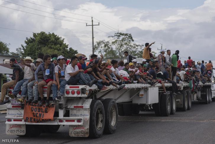 Az Egyesült Államokba tartó közép-amerikai kivándorlók a mexikói Donaji közelében 2018. november 2-án.
