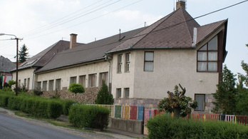 Tető nélküli iskolában tanítanak Ostoroson