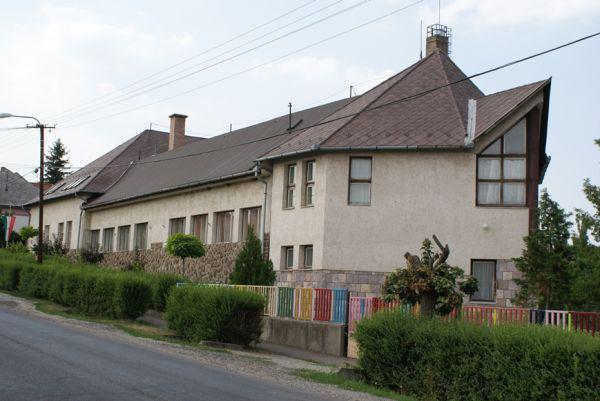 Az Egri Kemény Ferenc Sportiskola és Általános Iskola Tagiskolája Ostoroson - az épületen még volt tető a kép készültekor