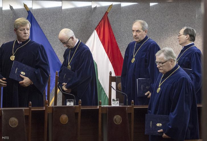 Sulyok Tamás elnök (b3) valamint Stumpf István Varga Zs. András Balsai István és Pokol Béla alkotmánybírók (b-j)