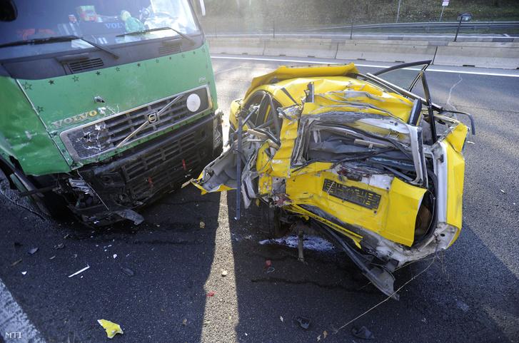 Sérült járművek az M3-as autópálya Budapest felé vezető oldalán Gödöllő közelében miután