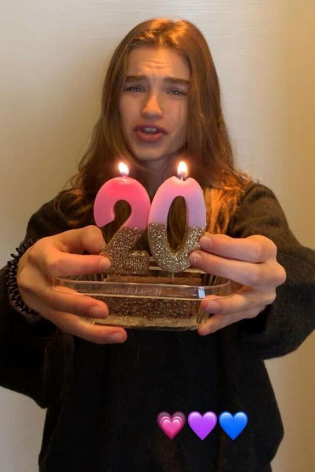 Ezzel a csajos tortával búcsúzott a tiniévektől.
