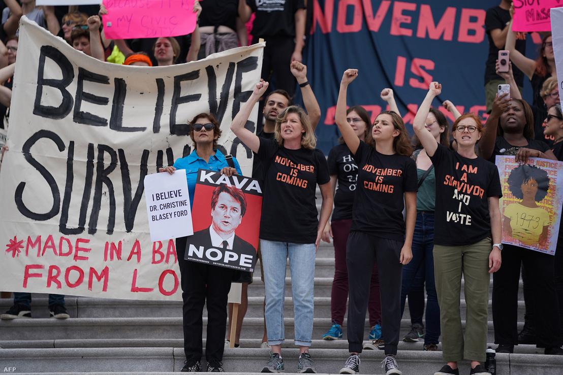 Brett Kavanaugh ellen tüntetők a Legfelsőbb Bíróság épülete előtt Washingtonban, 2018. október 6-án