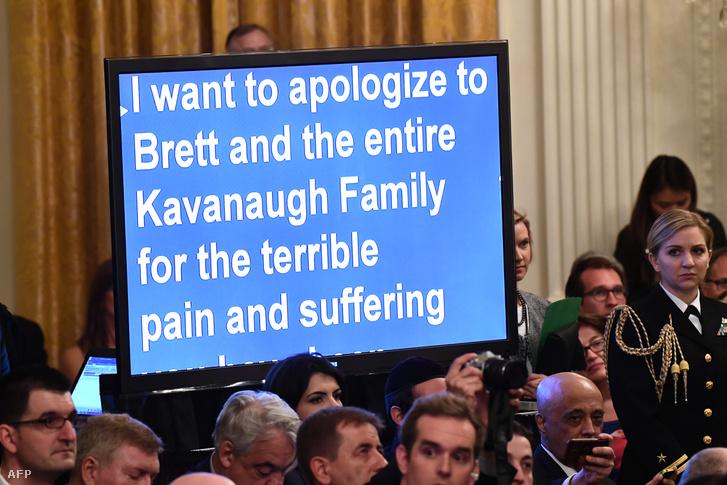 """""""Bocsánatot szeretnék kérni Brett-től és az egész családjától azért a szörnyű fájdalomért és szenvedésért..."""" - olvasható Donald Trump beszédének szövege egy kivetítőn. Az amerikai elnök Brett Kavanaugh eskütételét mondott köszöntőt a Fehér Házban 2018. október 8-án."""