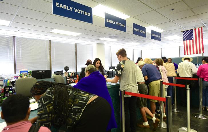 Szavazók leadják szavazataikat az ún. Early Voting (korai szavazás) ideje alatt november 5-én, Norwalkban