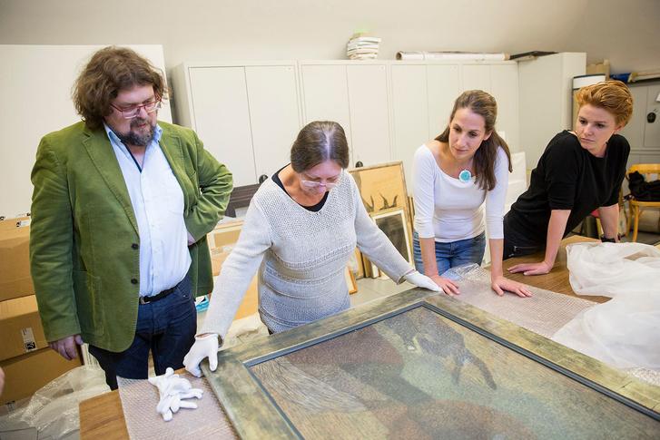 Lukács Katalin restaurátor a kiállítás előtt egy Vajda-képpel. Tőle jobbra Szabó Noémi és Kigyós Fruzsina kurátor, balra Gulyás Gábor igazgató