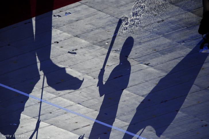 2008-as pekingi olimpiai játékok nyitóünnepségén készült kép az olimpiai lángról, vagyis annak árnyékáról