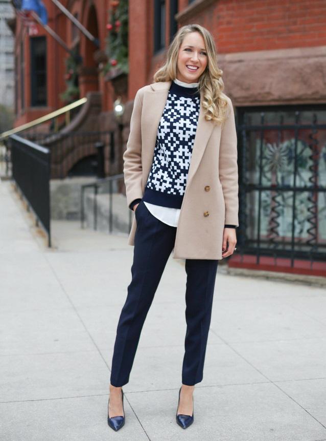 Újra divatos, ha kilógó ingre veszed rá a kötött pulcsit, ráadásul így jobban hangsúlyozza a derekadat, és egy picit nyújt is. Alakot követő változatot válassz, és párosítsd szűkebb nadrággal.