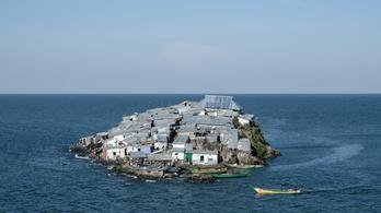 Akkora sziget, mint egy budapesti irodaház, de négy kocsma van rajta