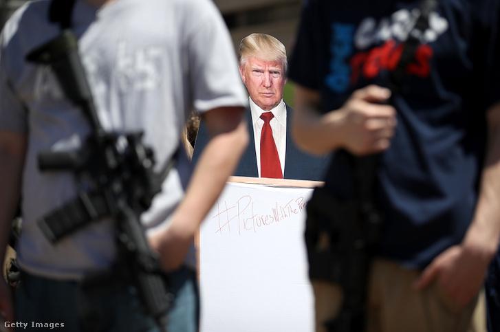 Trumpot ábrázoló kartonfigura a legnagyobb fegyverpárti lobbiszervezet, az NRA (National Rifle Association) gyűlésén Texasban 2018 májusában
