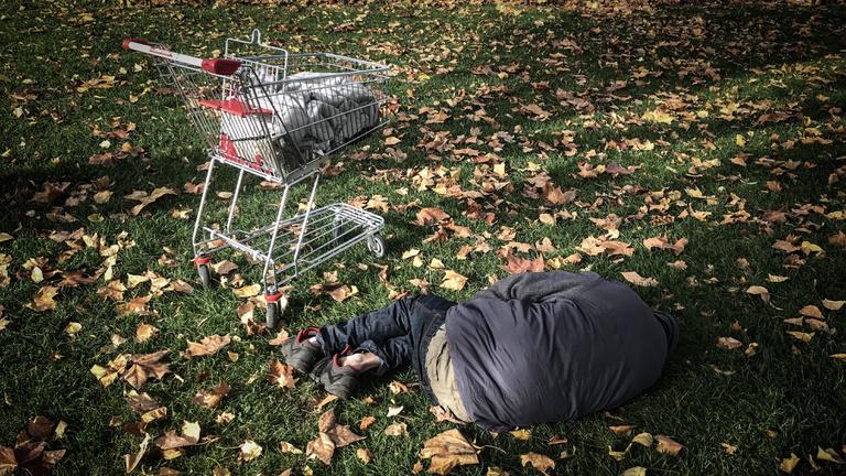Sem látni, sem büntetni nem akarja az átlagos magyar a hajléktalant