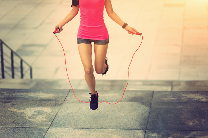 Nem kell hozzá edzőterem: ez a 2 hetes edzésterv otthon faragja le a zsírt