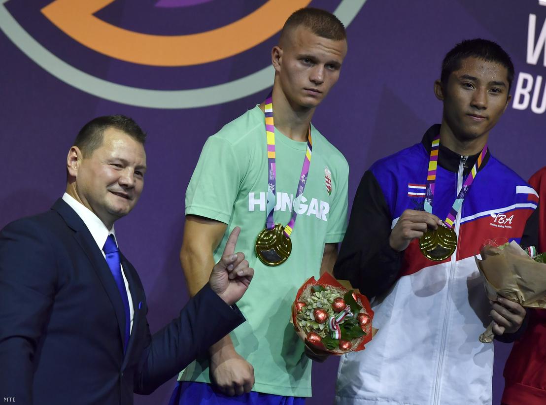 Erdei Zsolt a Magyar Ökölvívó Szövetség elnöke Orbán Adrián Krisztofer az ifjúsági korú ökölvívók 60 kilogrammos súlycsoportjának ezüstérmese és a győztes thaiföldi Atichai Phoemsap (b-j) az eredményhirdetésen a Duna Arénában 2018. augusztus 31-én.