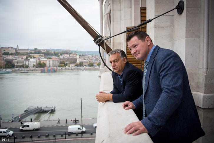 Orbán Viktor miniszterelnök (b) és Erdei Zsolt a Magyar Ökölvívó Szakszövetség (MÖSZ) elnöke találkozója az Országházban 2017. október 5-én. A megbeszélésen Erdei Zsolt bemutatta Orbán Viktornak Magyarország és a Kárpát-medence ökölvívósportág-fejlesztési koncepcióját.