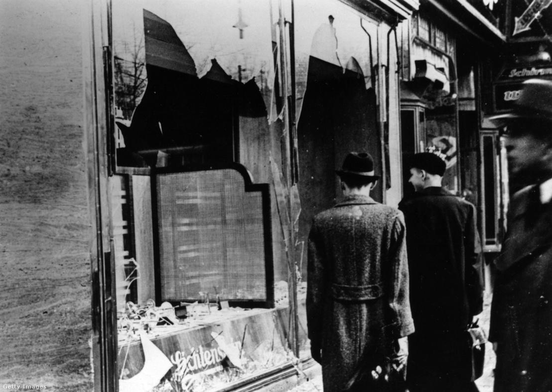 Egy zsidó üzlet betört kirakatai Berlinben, 1938. november 10-én