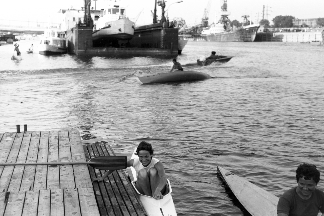 """""""Nem vagyok biztos benne, de valószínűleg Várszegi György készítette ezeket a képeket. Gyakran megfordult itt, és ha valaki elkezdte kiabálni, hogy Fotó Háber, Fotó Háber, akkor tudtuk, hogy kiről van szó"""" – mondta Karácsonyi.                         A KSI vízitelepe 1963-ban indult be, de már régóta élénk víziélet folyt a Népszigeten, korábban vízi cserkészeké volt a telep. A kajak-kenusoknak új létesítményeket húztak fel, kellett is, mert sok gyerekkel kezdték meg a munkát. A szakosztályt Füzesséry Gyula mesteredző szervezte meg, mellette Jancsó József vált megkerülhetetlenné, 39 évig, a kezdetektől 2002-ig dolgozott a klubban."""