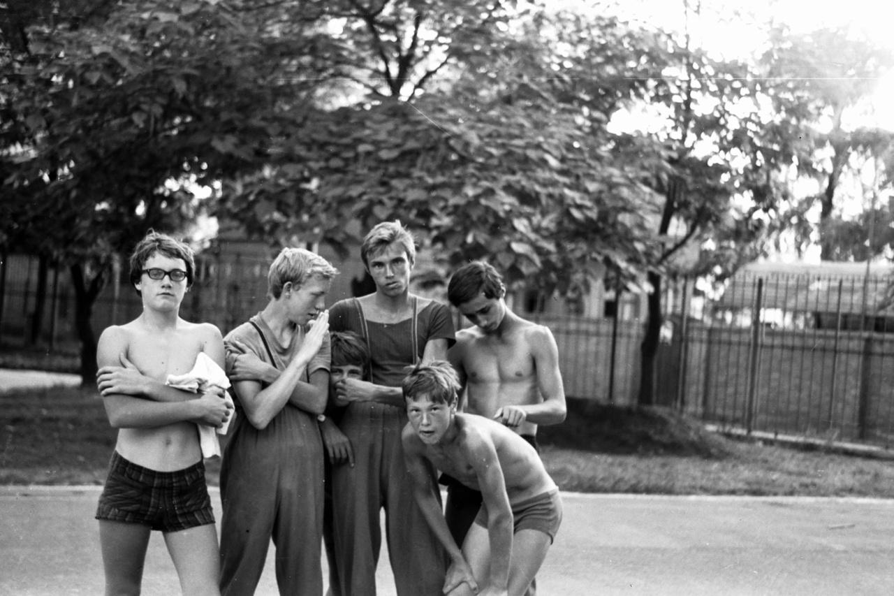 """""""Mindig 6-8 edző volt a KSI-nél, és mindegyikre jutott 30-40 gyerek, nem volt ezzel gond, mindenkit ki lehetett szolgálni hajóval. Amikor edző lettem, az iskolákba jártam toborozni, 30-40-et végiglátogattam, de nem csak edzettünk, jártunk síelni, gyalog- és biciklitúrázni, a legtöbbjük versenyzőként is sikerélményhez jutott, de a jó atmoszféra volt az, ami sokakat itt tartott"""" - mondta Simon. """"Az idősebb srác középen Ránics Gábor, 18 éves koráig itt kenuzott, csapathajókban jól ment. Párosban vele mentem ki először, majd be tojtam, úgy remegett a hajó. A kép bal oldalán lévő fiút csak Kalóznak neveztük"""" – idézte fel Simon."""
