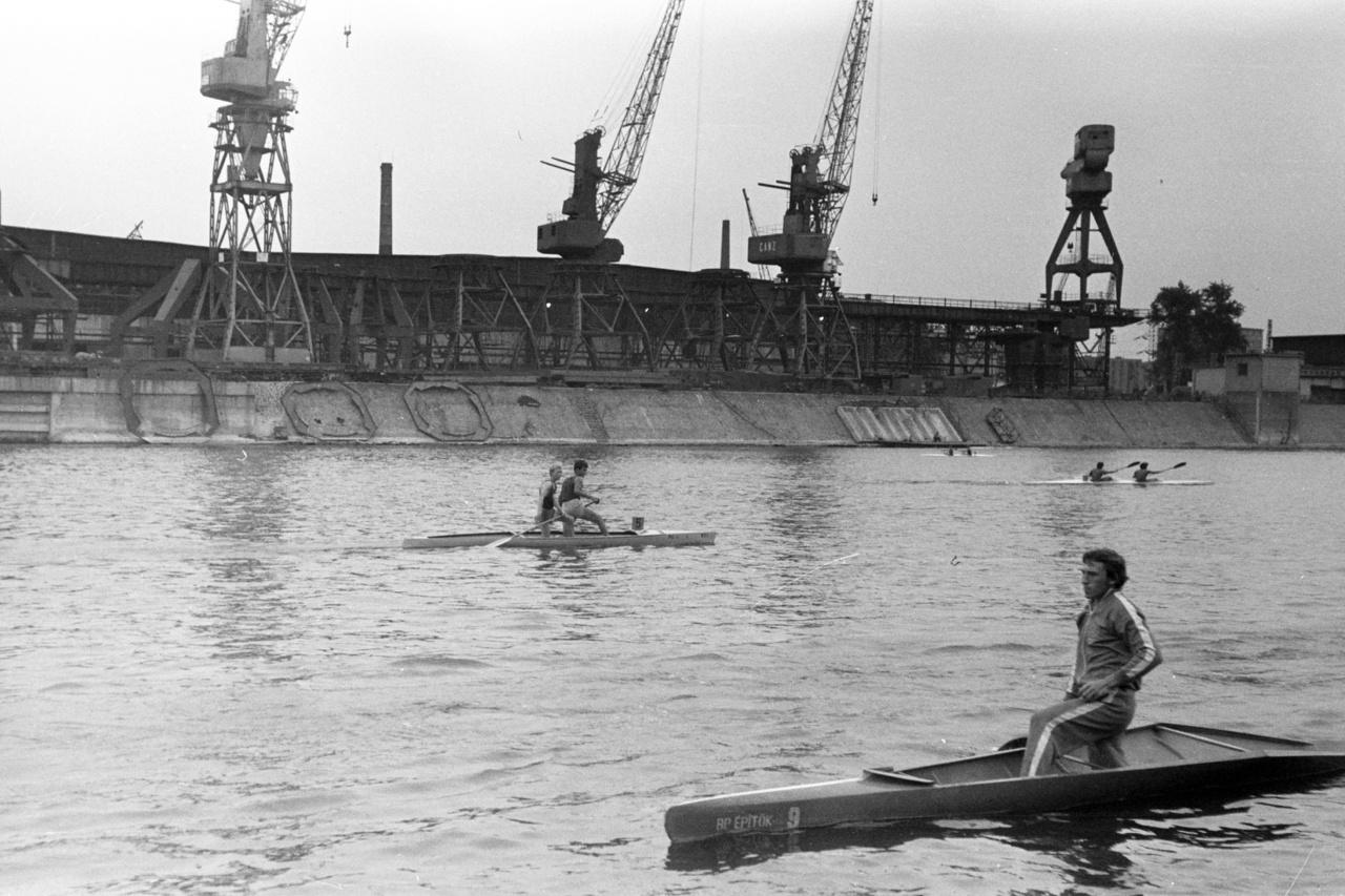 Sokáig a legnagyobb menők is gyakran megfordultak az Újpesti-öbölben, de 1975 után egyre többen tették át a bázisukat a Ráckevei-Duna-ágba, mert ott simább volt a víz. Újpesten a partot határoló betonfalak miatt a hullámok nem ülnek el könnyen, lötyög a víz, amin új tervezésű hajók nem maradnak meg könnyen. A KSI azért még így is fontos szerepetl tölt be. A szakosztályt megalapító Füzesséry később másoknak is például szolgált, a többi egyesület is elkezdett utánpótlásbázist kialakítani. Addig esetleges volt, hogy kikből lettek versenyzők. Füzessy új edzésmódszert is kifejlesztett, nem a felnőtt adagokat csökkentette, hanem külön gyerekekre szabott feladatokat talált ki, ami masszív alapot adott aztán az élsporthoz is. Simon szerint 1954, az első nagy magyar kajaksikereket hozó maconi világbajnokság óta megfigyelhető a folytonosság, majd a KSI megjelenésével a tudatos építkezés is, ezért is érnek egymásba a világversenyeken jól szereplő generációk.