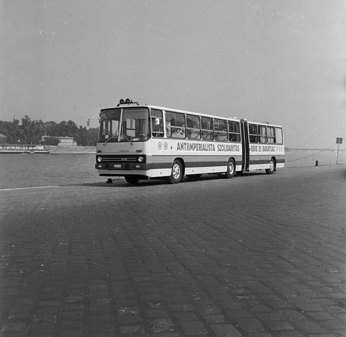 Majdnem hibátlan– A magyar buszgyártás legszebb órái kezdődhetnek azzal a német buszexporttal, aminek prototípusát most mutathatjuk be – mondta Kardán Ottó, külgazdasági államtitkár. – A nyugatnémet utazóközönség bizonyára irigykedve nézi, milyen minőségű munkára képes a szabad, virágzó, kommunista Magyarország!– Nyugatnémet? Nem az NDK-s elvtársak békeharcát segítik a buszaink? – kérdezte meglepve Mérleg Ede, az Ikarus vezérigazgató-helyettese.– Nem. Valóban Berlinből jött a megrendelés, de a nyugati, megszállt zónából, és nem a szovjet elvtársak által segített keletiből érkezett a megrendelés. De van ennek jelentősége?– Nem, semmi komoly. Egyetlen apró változtatás kell csak a bemutató előtt – mondta Mérleg, és már emelte is a telefont.