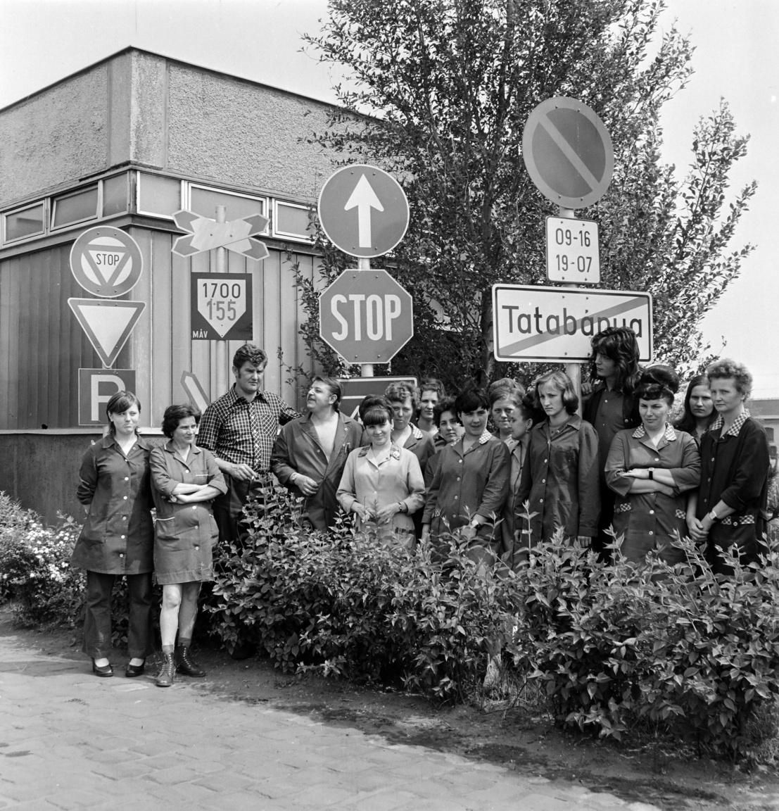 A táblafesztivál                         Egyszer volt, hol nem volt, volt abban az időben Magyarországon Rátótberény nevű falu. Akkoriban már a legkisebb települések is rendeztek valamiféle fesztivált, csak éppen Rátótberény nem. A falusiak sokat morgolódtak emiatt, hogy őket már kinevetik a városi sztk-ban is, hogy ők a fesztiválatlanok falva. A tanácselnök nagyon unta már ezeket a froclizásokat, de egyszer, amikor éppen Lajossal, a kmb-vel alkudozott a 60-as tábla alatt, hogy a 90, az majdnem hatvan, csak fordítva áll, belévillant a felismerés.                         Rátótberény már a következő év nyarán megrendezte az első magyar KRESZ-táblafesztivált. Az esemény jelentőségét azonban nagymértékben mérsékelte az a tény, hogy az országban egyetlen településen, éppen Rátótberényben működött KRESZ-táblagyár, így a fesztivál enyhén szólva sem mozgatott meg hatalmas tömegeket. A kivezényelt helyiek pedig annyira sem voltak lelkesek, mint amikor a román nép testvérdelegációjának cujkabemutatójára kellett menniük. Ráadásul a szervezők a Rátótberény vége tábla alá egy Behajtani tilos táblát akartak kitenni, tréfás utalásként, hogy a fesztiválról elmenni tilos. Ám a tábla a hanyag csavarozás miatt elfordult, így a faluba érkezőket fogadta. Azok pedig, táblatisztelő elvtársak lévén, türelmesen vártak, hogy a tiltást feloldja valaki. Ha a vendégek türelmesen nem vártak volna, az én mesém is tovább tartott volna.