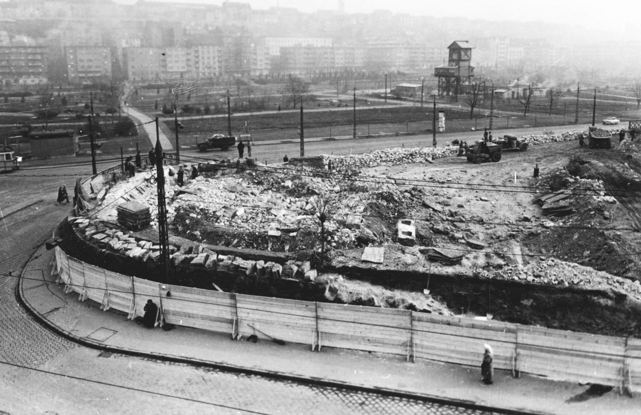 A Déli szerepe az 1960-as évekre annyira megnőtt, hogy elkerülhetetlenné vált a fejlesztés. A terület nagy részét földig rombolták, hogy ide építhessék az új épületeket.