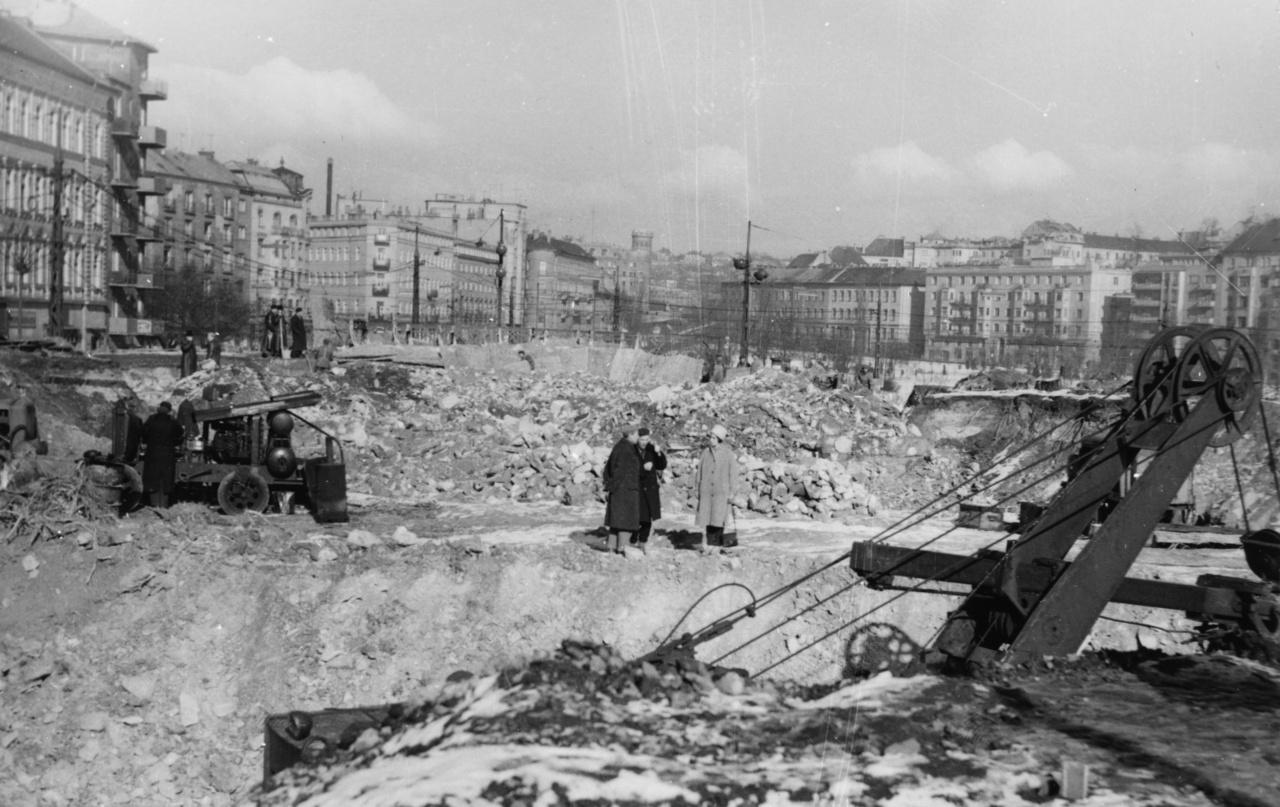 Építkezés a ma ismert Déli pályaudvari fogadóépület helyén.
