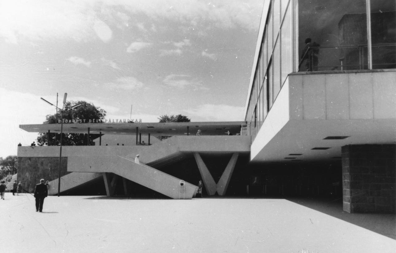 A lépcsők, a döntött tartóoszlopok és a kandeláberek is a 60-as évek legtisztább stílusát adják vissza.