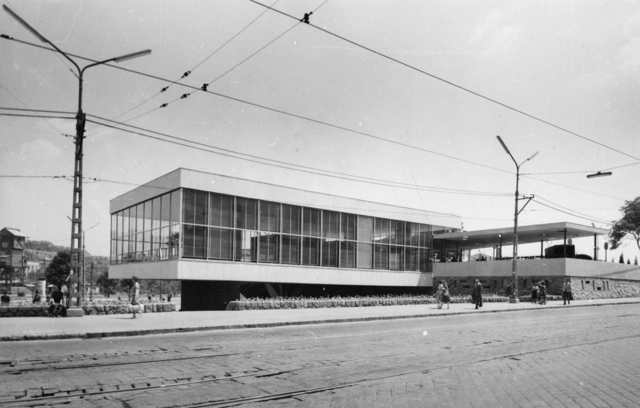 A Déli pályaudvar csupán t 10 évig működő, letisztult, modernista épülete, amelynek stílusa tovább él a ma is ismert komplexumban.