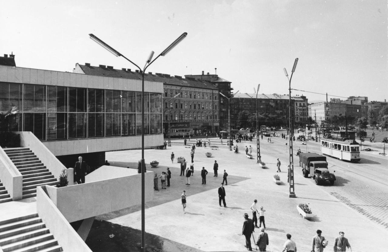 Az 1962-ben épült csarnokot végül beépítették a ma is ismert, ívelt falú pályaudvari épületbe.