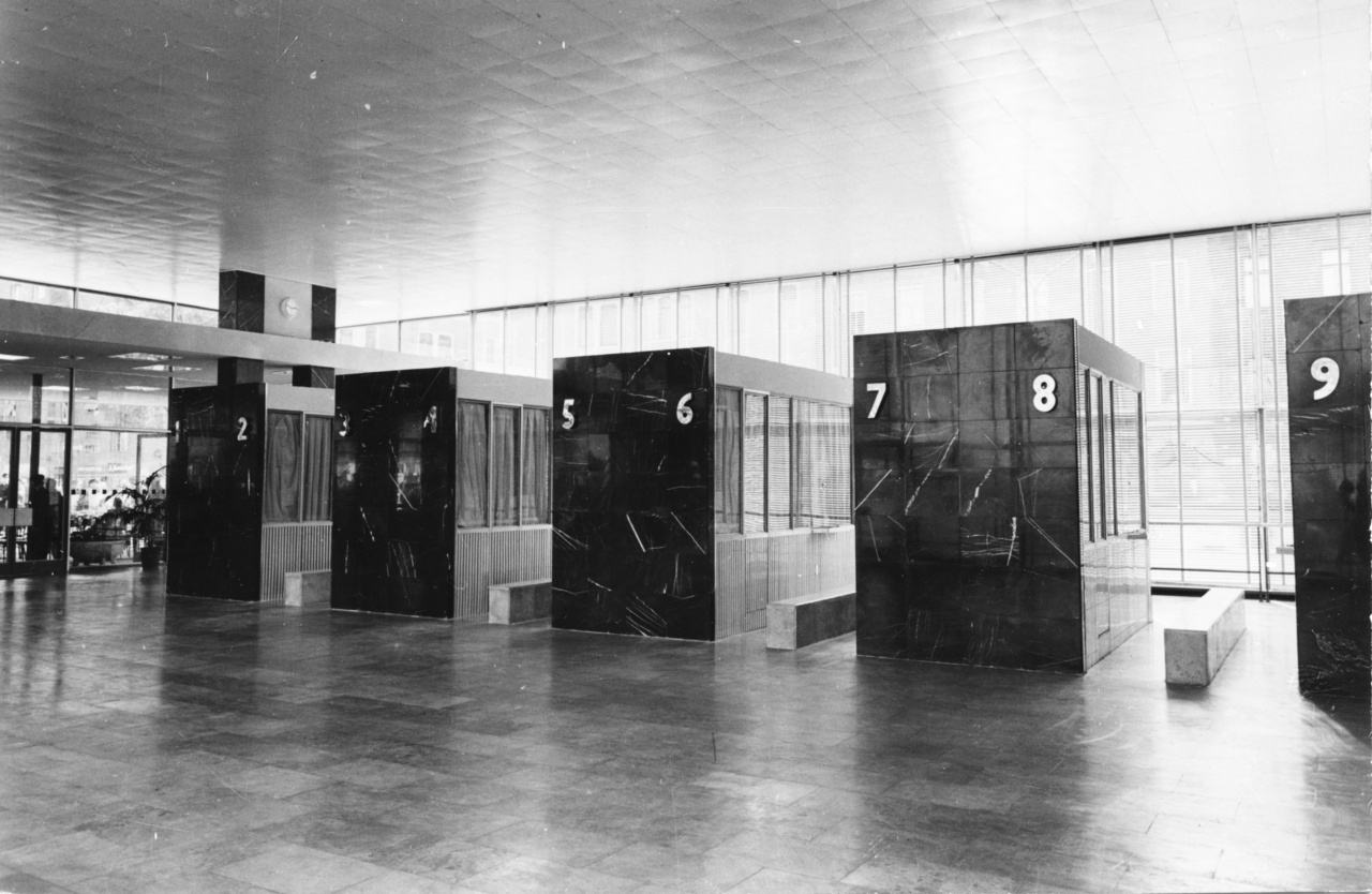 A ma ismert kör alakú jegypénztár előképei a márvánnyal borított kubista bódék voltak.