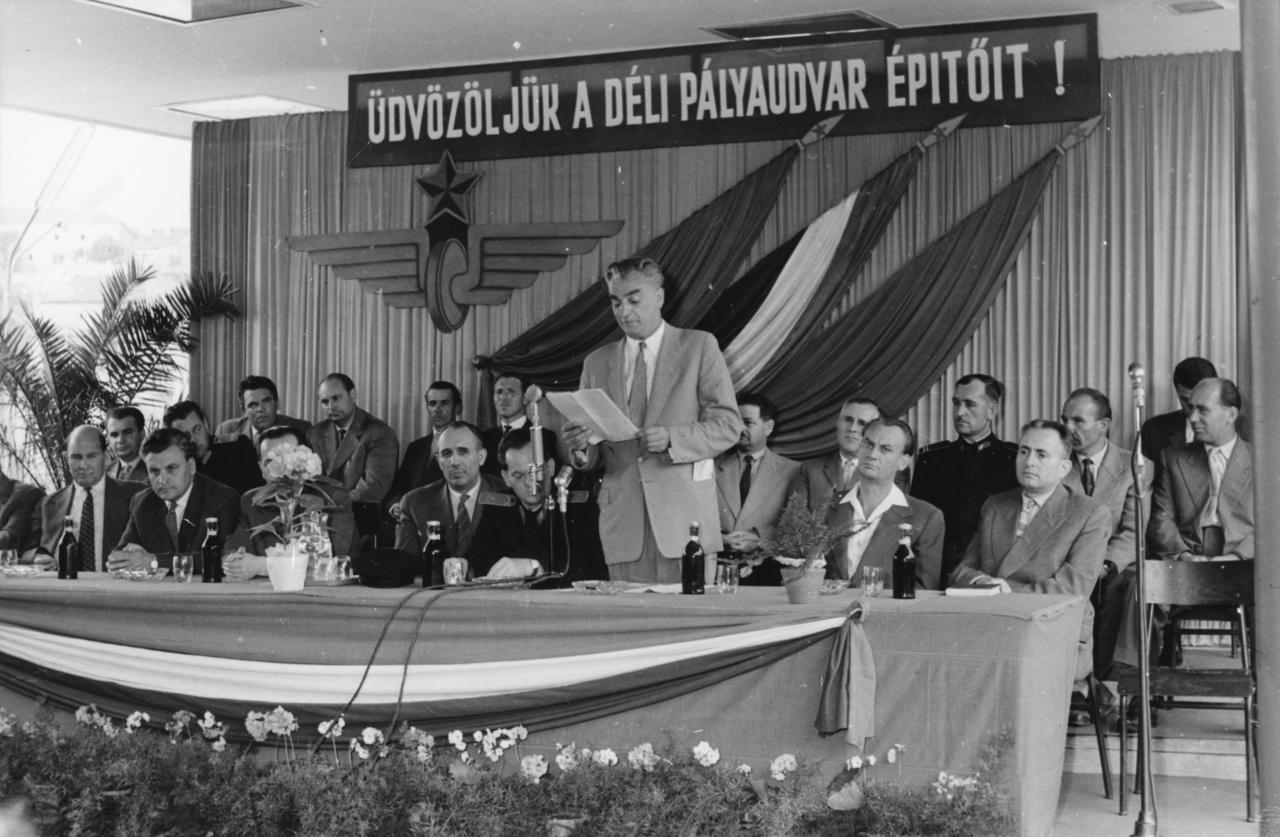 A Párt 1962-ben veselkedett neki a nagy munkának.