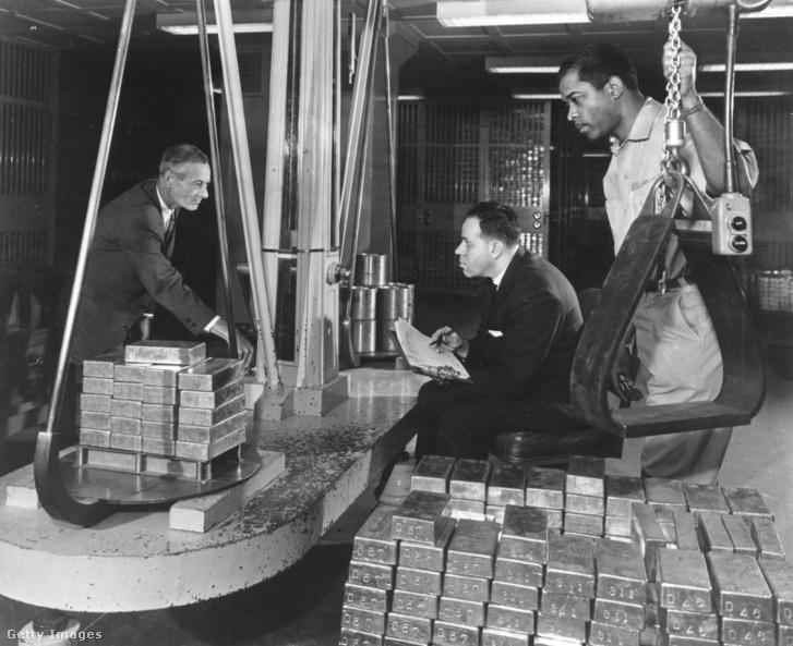 Az amerikai FED aranytömbjeit mérik New Yorkban 1965-ben