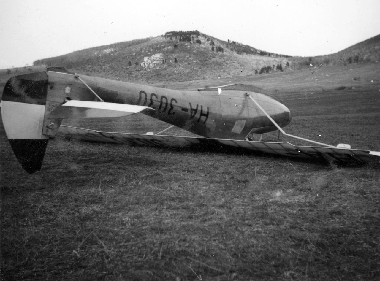Fejtetőre állt Rubik R-08c Pilis vitorlázó repülőgép a Hármashatár-hegy tövében a nyugati oldalon, 1940.