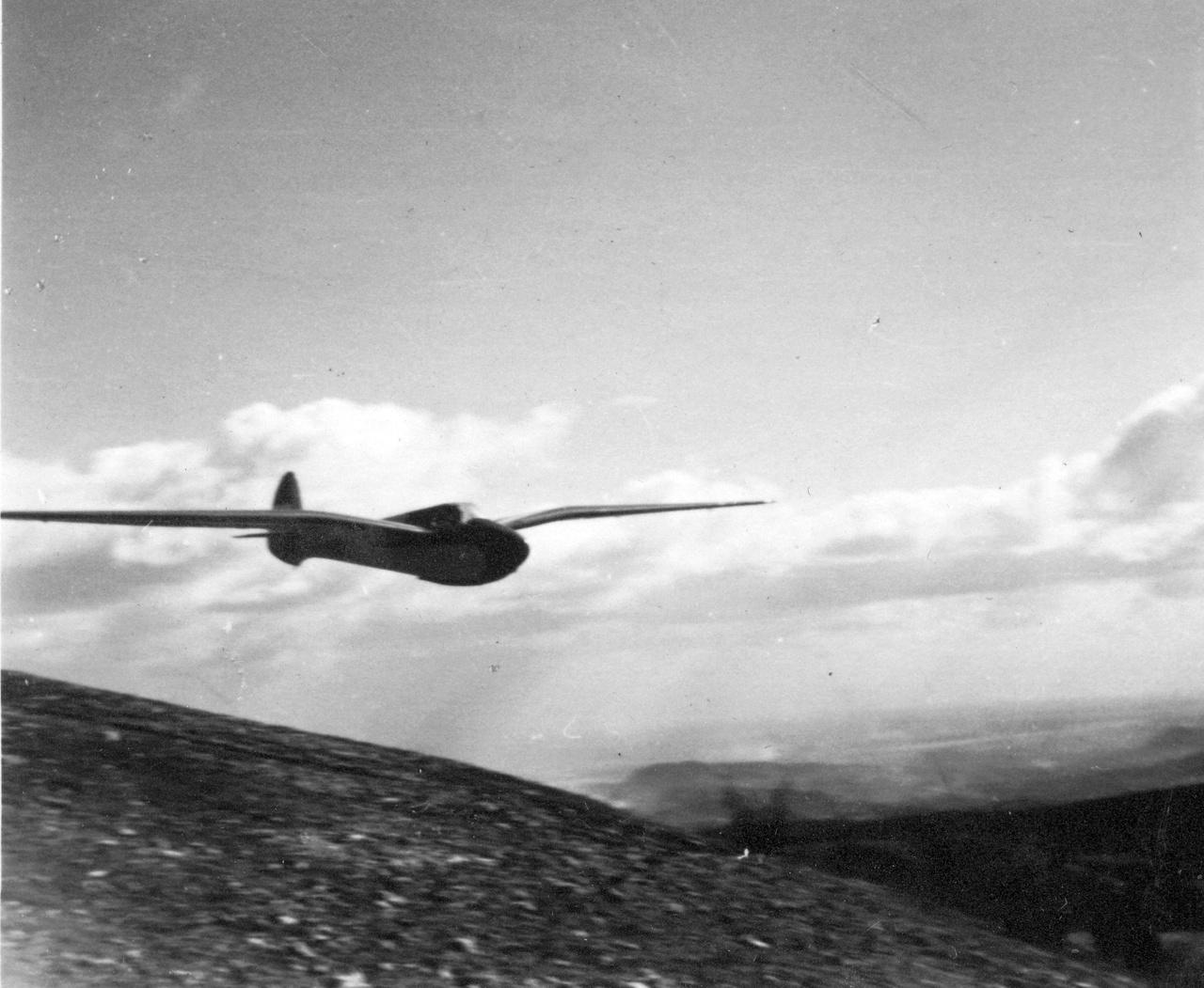 Egy Jancsó-Szokolay M-22 vitorlázó repülőgép a Hármashatár-hegyen 1940-ben.                         Kicsit rátartok jobbra, és, és, és ahelyett, hogy süllyednék, csak emelkedek, emelkedek. Mama, repülök! Papa, ne haragudj, tudom, nem örültél amikor elkezdtem lejárni a MOVE-ba, de egyszerűen muszáj volt repülnöm, muszáj! Nem érted, de ha most itt lennél, mégis értenéd, hogy semmi, semmi, semmi ehhez fogható nincs! Mondta is tavaly a Karakán avatásakor a Gömbös Gyuláné, a miniszterelnök felesége, hogy aki nem repül, sose fogja érteni, miért lehetetlen ezt abbahagyni. Mennyire igaza van a nagyméltóságú asszonynak!