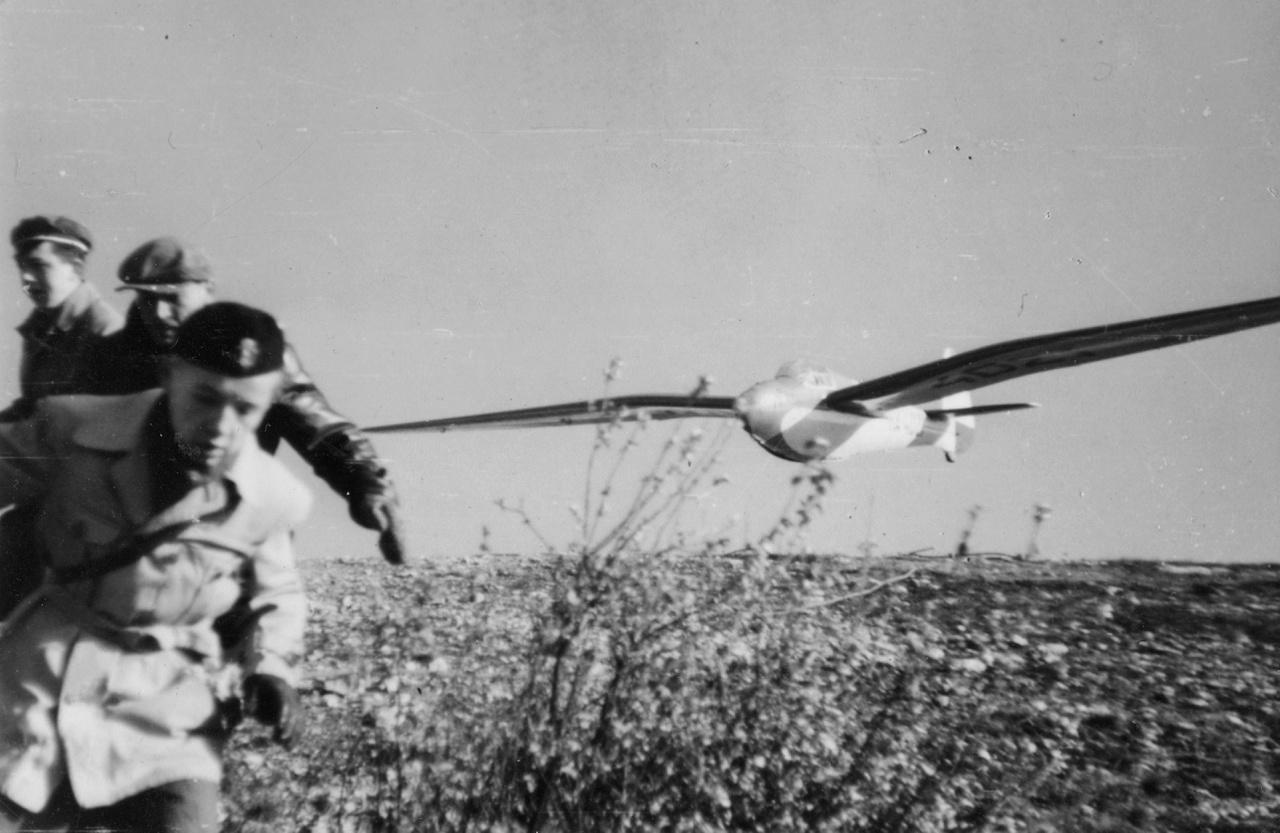 Láttam pár hete a Rottert repülni a Karakánnal, hát egy álom az a gép. A legtitkosabb, legmerészebb vágyam, hogy egyszer felszállhassak vele. Előbb persze meg kéne tanulni rendesen repülni. Na nem úgy, mint a Rotter, az az ember egy madár, már akkor szárnya volt, amikor megszületett. De most itt a Jamboree, itt van a betonrámpán, kilövésre kész, és én ülök benne, én! Nincs sok szél, de legalább nyugati, pont ide fúj.