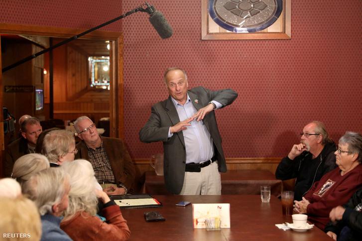 Steve King beszél a szavazóknak a Second Street Emporium étteremben, Webster City, Iowában 2018. november 5-én