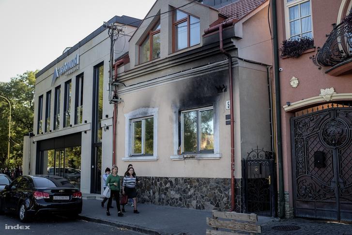 A Kárpátaljai Magyar Kulturális Szövetség (KMKSZ) központi irodája, amelyet ismeretlenek felgyújtottak Ungvár belvárosában 2018. február 27-én hajnalban. A füstnyomok még mindig látszanak.