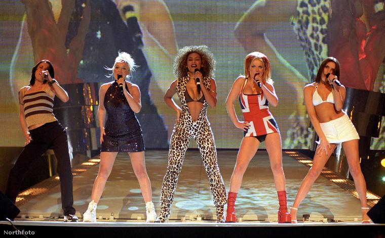 1997, szintén Brit Awards, a Spice Girls egyik leghíresebb fellépőszettje látható itt és bár a legtöbben talán Geri 'Gigner Spice' zászlóba csomagolt testére emlékeznek, azért 21 év távaltából érdemes kicsit jobban megvizsgálnia Melánia Bé kezeslábasát és Victoria 'énekesnő' Beckham testtartatást is.