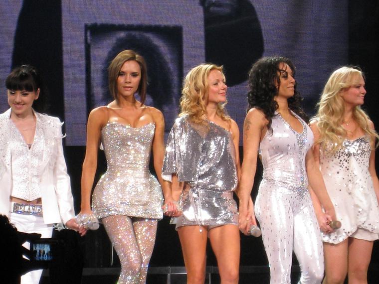 2008-as kanadai fellépésükre kirabolták egy Las Vegas-i drag queen öltözőjét, akinek Vicotria Beckham még a fenékpárnáit is magához vette.