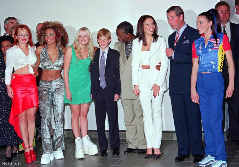 Az egyik legparádésabb fotó a Spice Girlsről, akiket ezekben a ruhákban zavartak oda Harry és Károly hercegekhez.