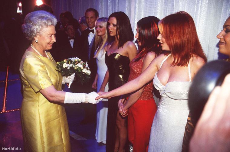 ...de a királynőt inkább nem tisztelték meg különösebben a ruháikkal.